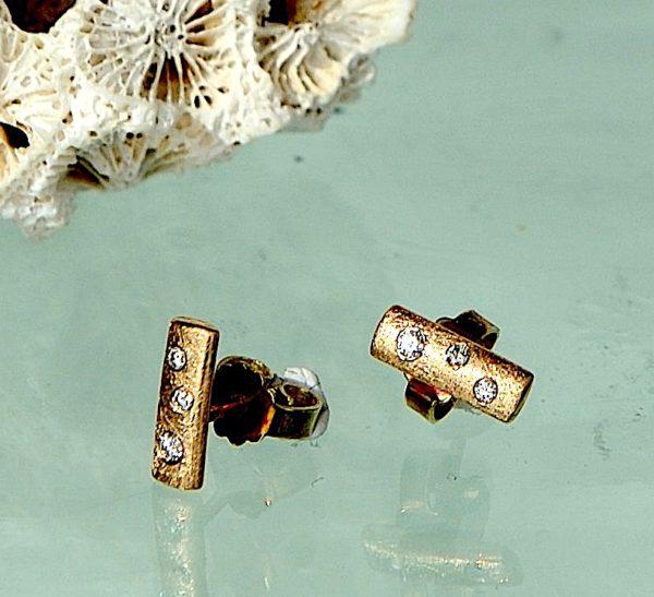 Øre stikker i 14kt 585 guld med i alt 2x 0,02 ct. 4 x 0,01 diamanter
