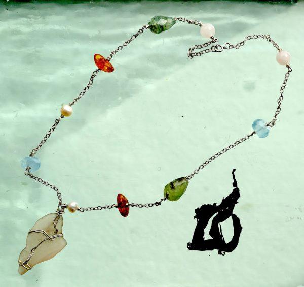 Halskæde i sterling sølv, med rav , ferskvands perler, hav slebet glas, akvamarin, rosen kvarts, dråbe formet grøn sten