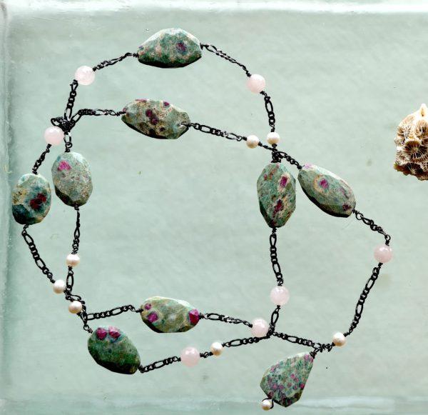 Halskæde med oxideret sterling sølv 925s med rosen kvarts, ferskvands perler, rubinkrystaller i grøn zoisit