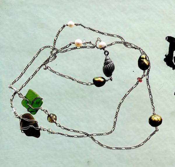 Halskæde med sterlings sølv925s kæde, 925s sneglehus. Ferskvands perle, røg kvarts, turmalin, hav slebet glas