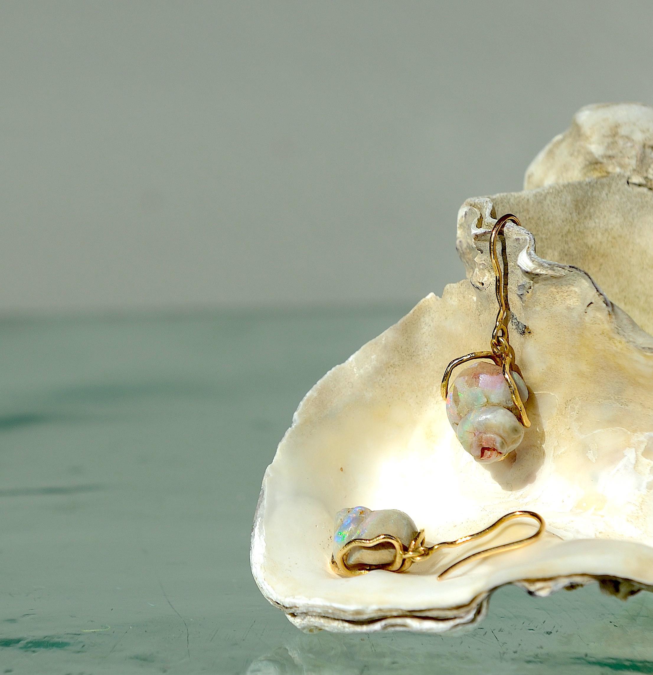 Ørehænger med forstenet sneglehus med opal, 14kt 585 guld tråd