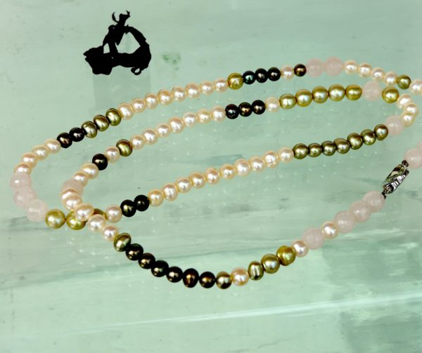 Halskæde med sterling sølv lås, rosa kvarts og ferskvands perler.