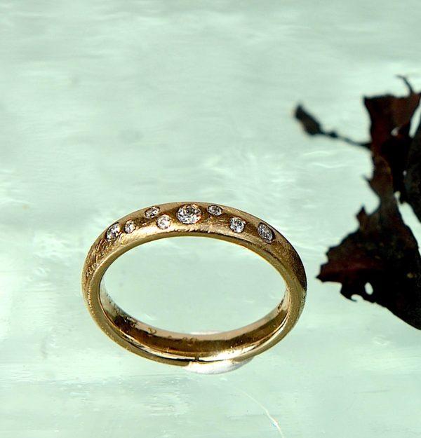 Ring i 14kt 585 guld med 1 x 0,05ct 2 x 0,03 ct5 x 0,01 ctTw vvs diamanter