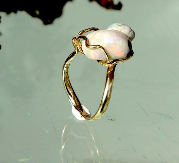 Ring med forstenet sneglehus med opal , 14 kt 585 guld tråd