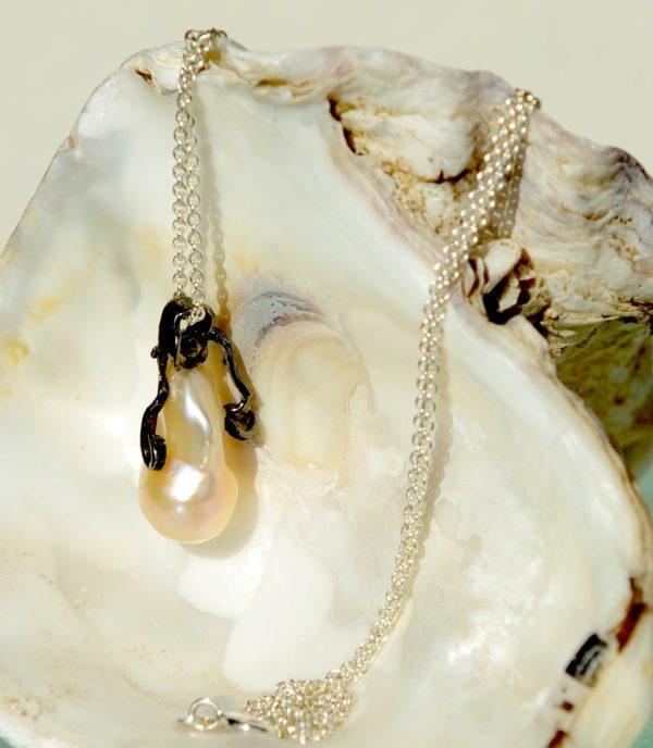 Vedhæng i oxideret sterling sølv med ferskvands perle med 925s kæde
