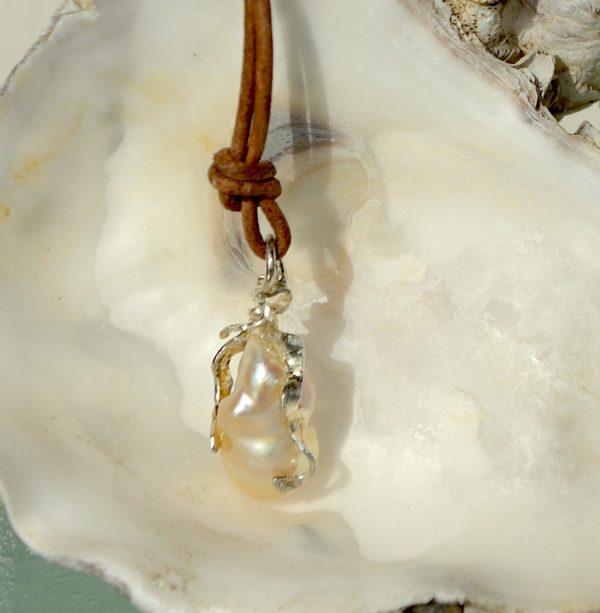 Vedhæng i sterling sølv med ferskvands perle med lædersnor